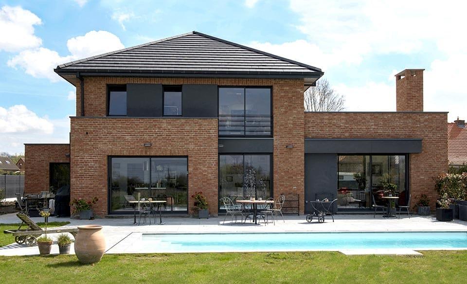 maison semi-cubique en briques et tuiles noires