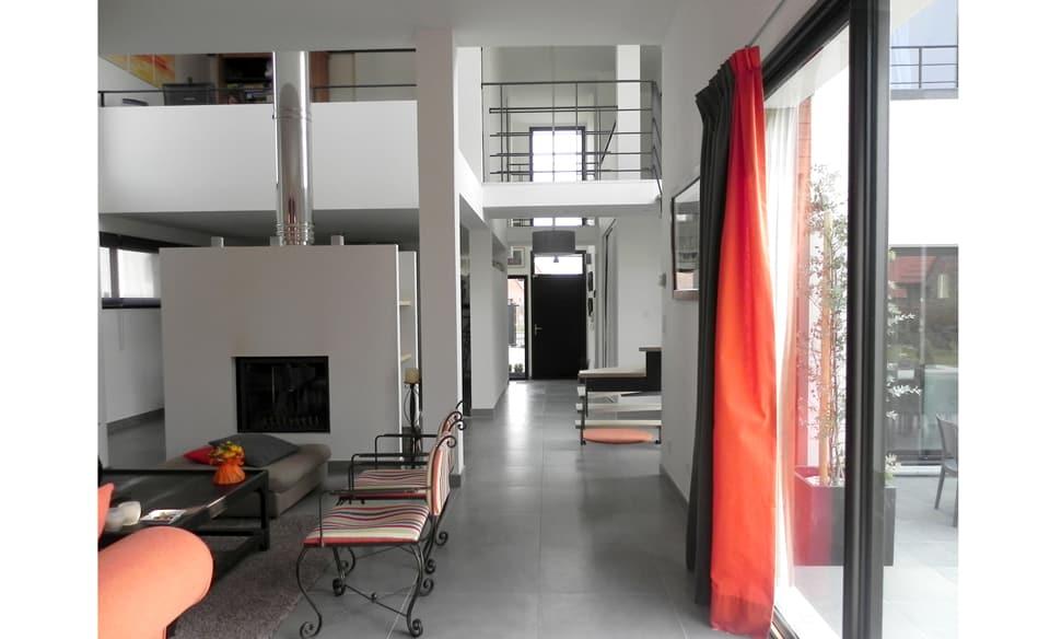 Type loft pour cette maison cubique avec carport pr s de for Interieur maison cubique