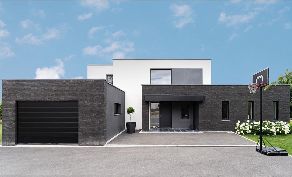 maison cubique enduit et briques noires