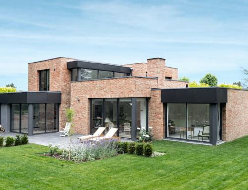 Maison cubique en briques et patio