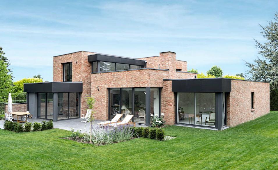 maison cubique en briques avec patio