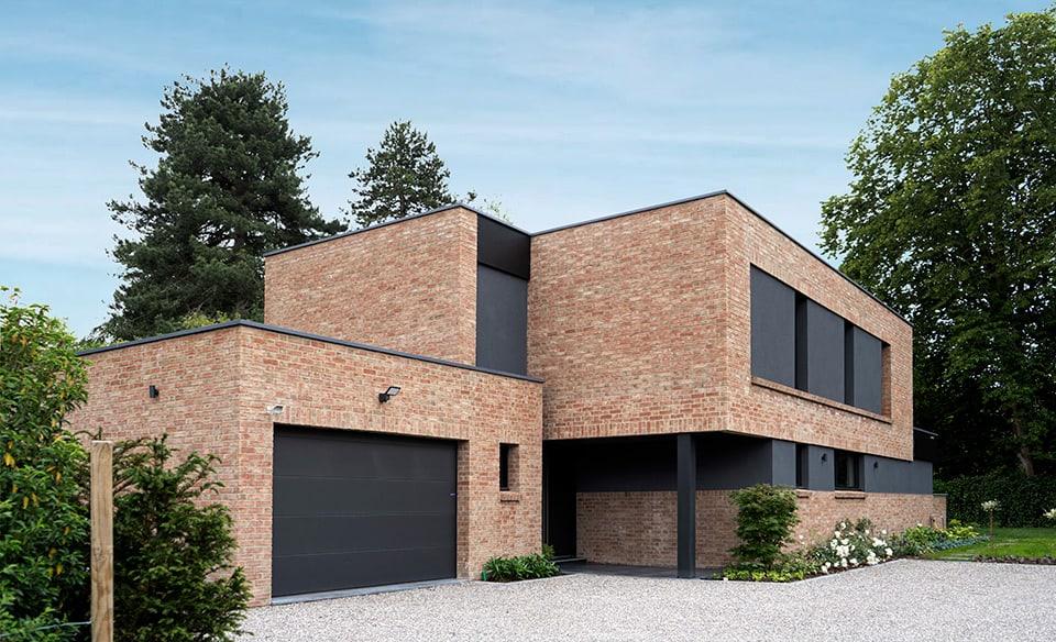 façade avant maison cubique en briques